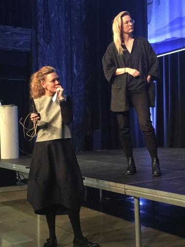 Trendforskerne Louise Byg Kongsholm og Rikke Skytte fra pej gruppen. Louise har på seg typisk trendplagg for kvinner - vil vil nemlig forme kroppen vår selv med abstrakte former.