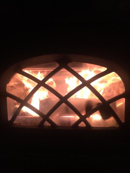 Det er alltid hyggelig å varme seg foran peisen.