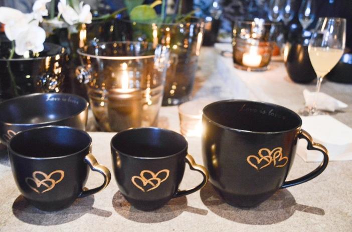 Jan Thomas har hjerter og tekst i ekte gull som dekor på «Love». Håndtaket er formet som et hjerte. Den nye serien bør man håndvaske på grunn av gullet. – Hele konseptet er å minne på hvor viktig kjærlighet er, sier Jan Thomas.